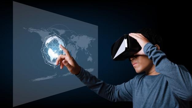 Giovane che utilizza cuffie da realtà virtuale con connessione di rete globale. giovane che utilizza cuffie da realtà virtuale con connessione di rete globale.
