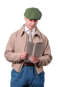 Giovane in abiti vintage con cappello, leggendo il giornale