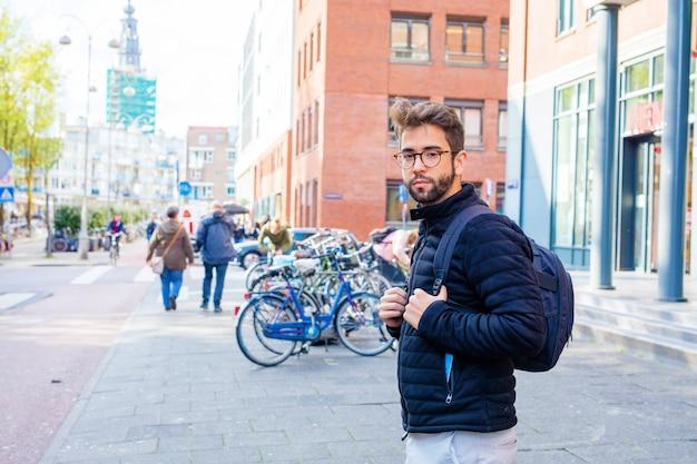Giovane che cammina nella città
