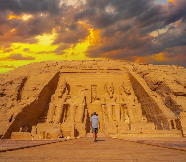 Un giovane che cammina verso il tempio di abu simbel