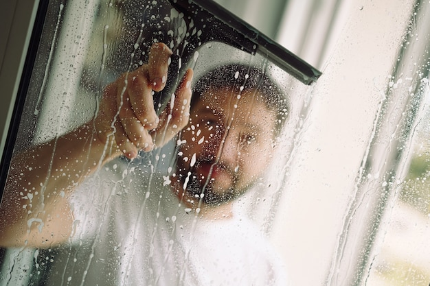 Giovane che lava la finestra con un tergipavimento