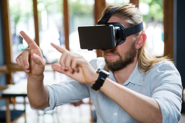 Giovane uomo che indossa occhiali virtuali