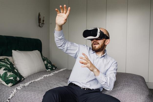 Giovane con la barba in occhiali per realtà virtuale