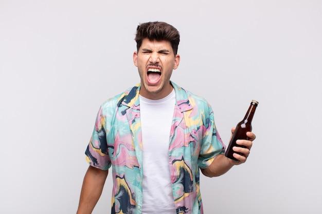 Giovane con una birra che grida in modo aggressivo