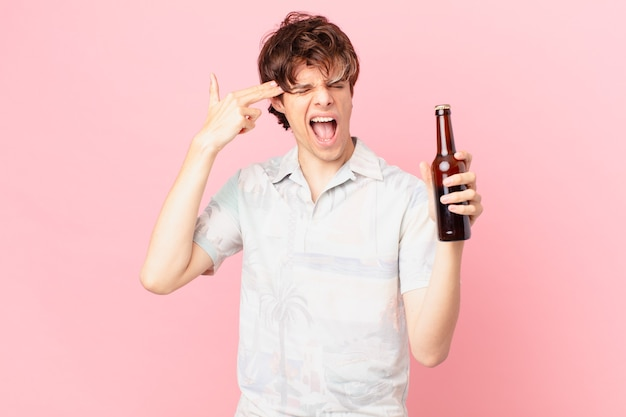 Giovane con una birra