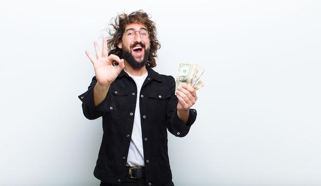 Giovane con pazzi capelli in movimento e banconote