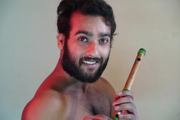 Un giovane con flauto