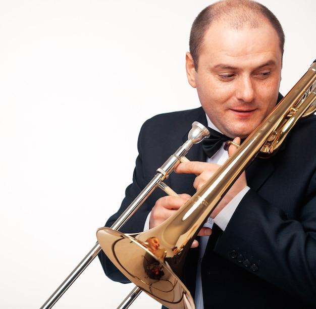 Giovane con il suo trombone.