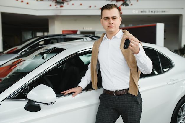 Giovane uomo con le chiavi in macchina