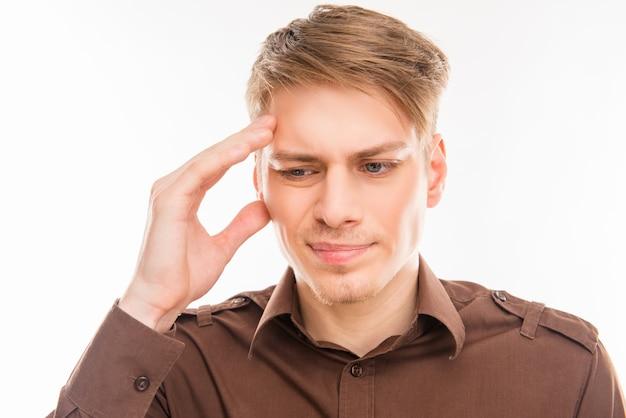 Giovane con emicrania che tocca la sua testa