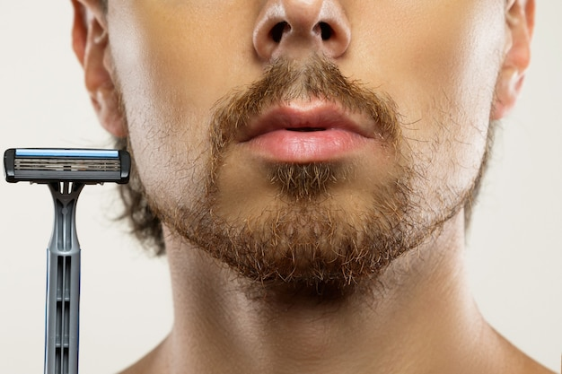 Giovane con la barba incolta prima di una routine di rasatura