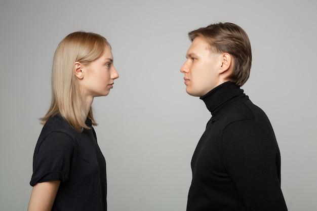 Giovane uomo e donna che si guardano