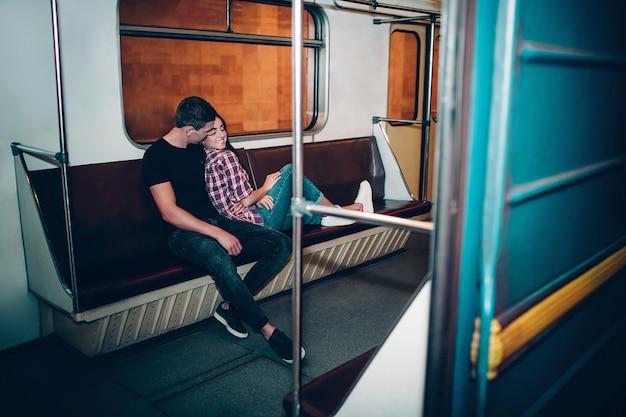 Il giovane e la donna usano la metropolitana