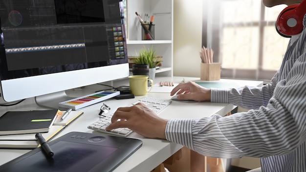 Giovane che lavora editing video freelance