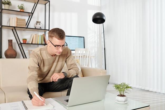 Giovane che lavora da casa