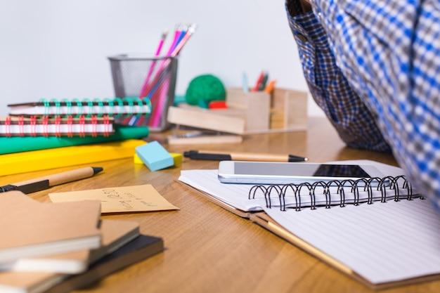 Giovane che lavora, impara, studia da casa, prende appunti nel blocco note. studente, istruzione, stare a casa, college, concetto universitario