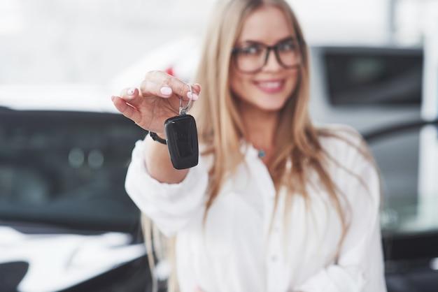 Il giovane manager dell'officina si oppone a un'auto nera perfettamente lucidata