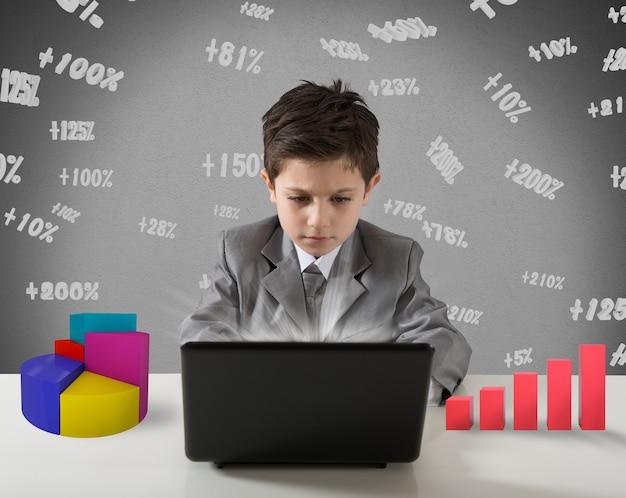 Il giovane manager lavora con il grafico e le statistiche del computer