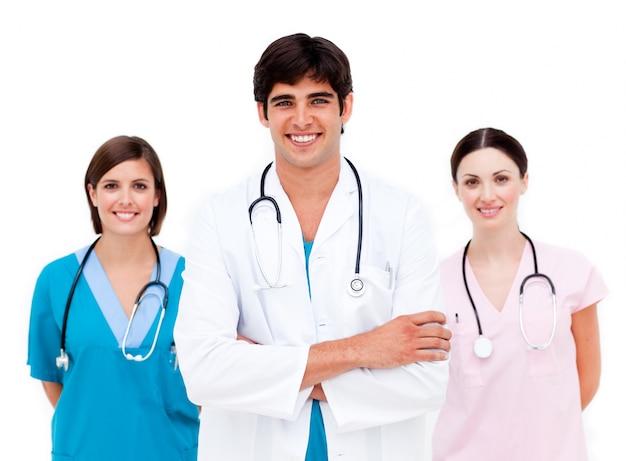 Giovane equipe medica sorridendo alla telecamera
