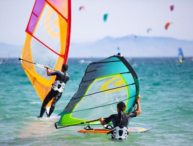 Giovani che praticano il windsurf