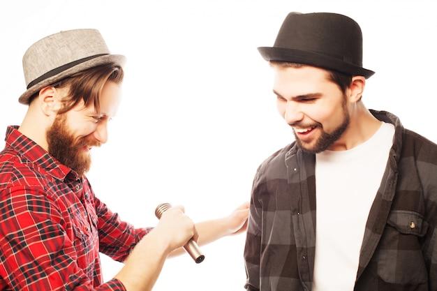 Giovani uomini che cantano con il microfono