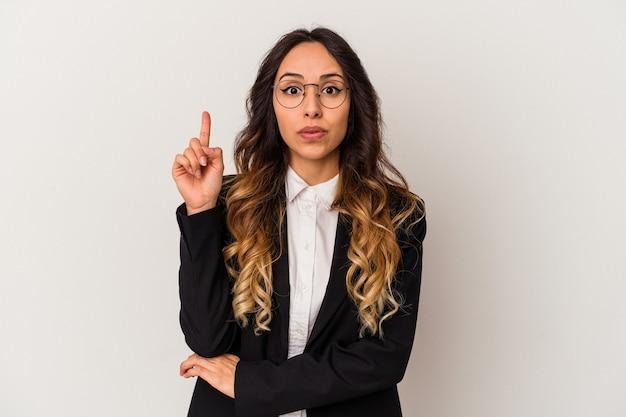Giovane donna messicana di affari isolata su fondo bianco che ha qualche grande idea, concetto di creatività.