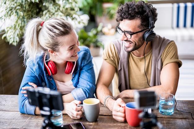 Giovane coppia millenaria che condivide contenuti creativi online in webcam