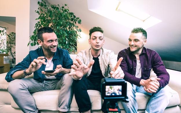 Giovani amici del millennio che condividono contenuti sulla piattaforma di streaming attraverso la webcam digitale