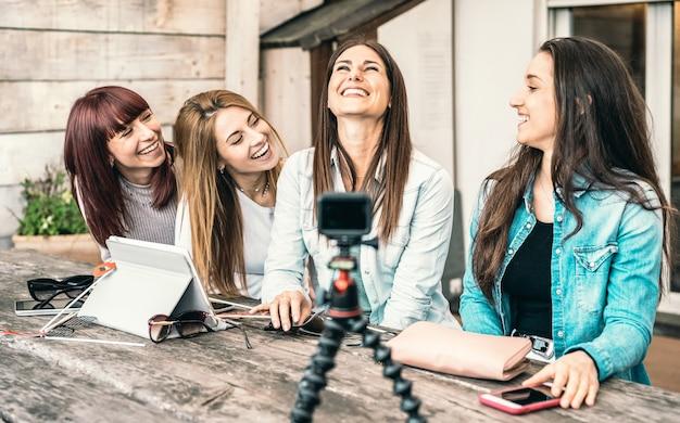 Giovani donne millennial che si divertono sulla piattaforma di streaming tramite action web cam digitale