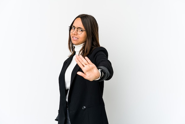 Giovane donna di affari di razza mista isolata sul muro bianco che rifiuta qualcuno che mostra un gesto di disgusto.