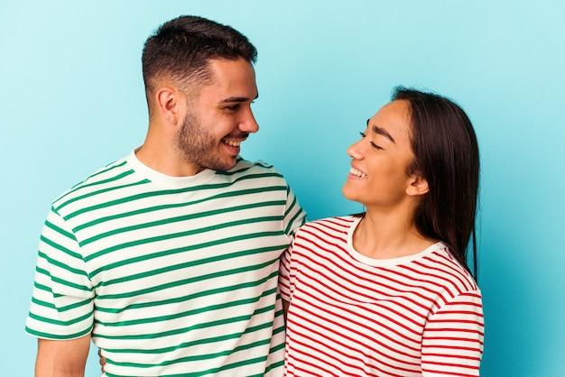 Giovane coppia di razza mista isolata su sfondo blu