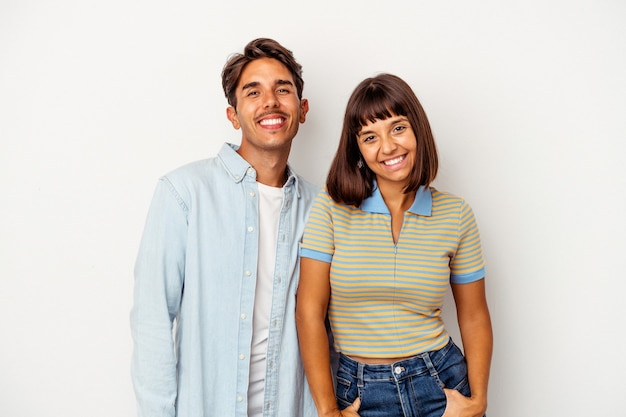 Giovane coppia di razza mista isolata su sfondo bianco felice, sorridente e allegra.