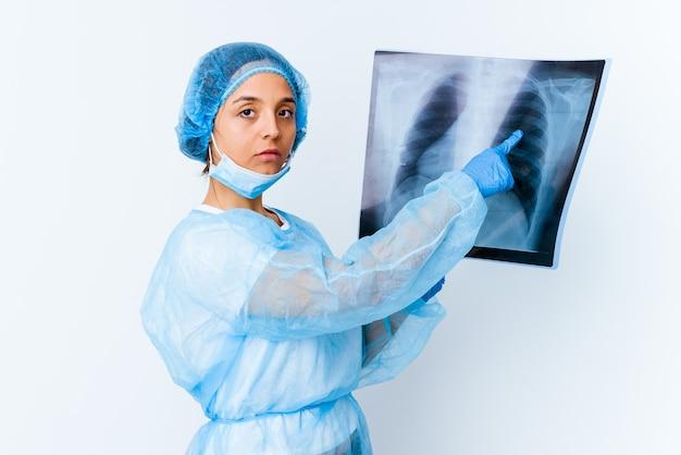 Giovane donna di razza mista medico che tiene una scintigrafia ossea isolata