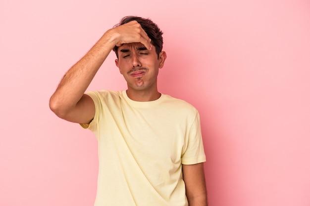 Giovane uomo di razza mista isolato su sfondo bianco toccando le tempie e avendo mal di testa.