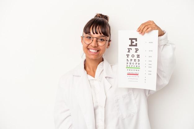 Giovane donna di razza mista ottico facendo un test isolato su sfondo bianco felice, sorridente e allegro.