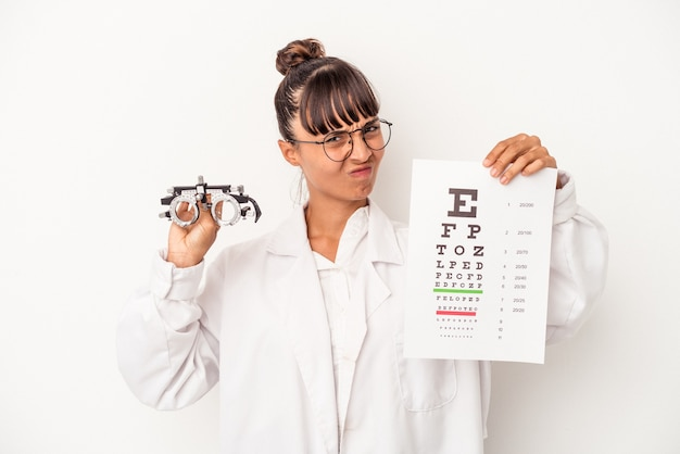 Giovane donna dell'ottico della corsa mista che fa una prova isolata su fondo bianco