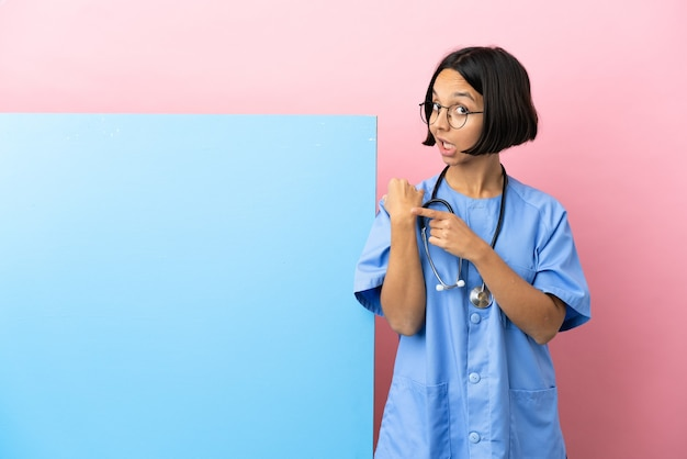 Giovane donna chirurgo di razza mista con un grande striscione sul muro isolato che fa il gesto di essere in ritardo