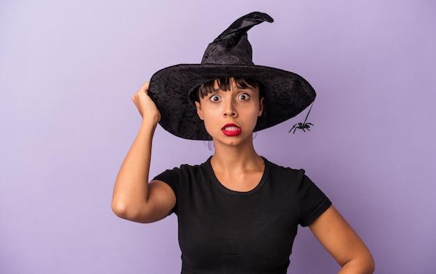 Giovane donna di razza mista travestita da strega isolata su sfondo viola scioccata, ha ricordato un incontro importante.