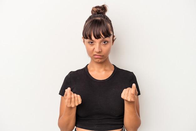 Giovane donna di razza mista isolata su sfondo bianco che mostra che non ha soldi.