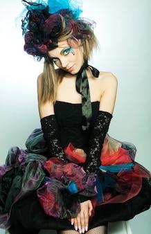 Giovane modella in abito da carnevale con trucco creativo. stile bambola.