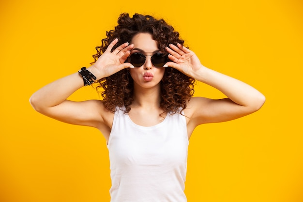 Giovane modello che esprime emozioni mentre posa sul servizio fotografico al coperto
