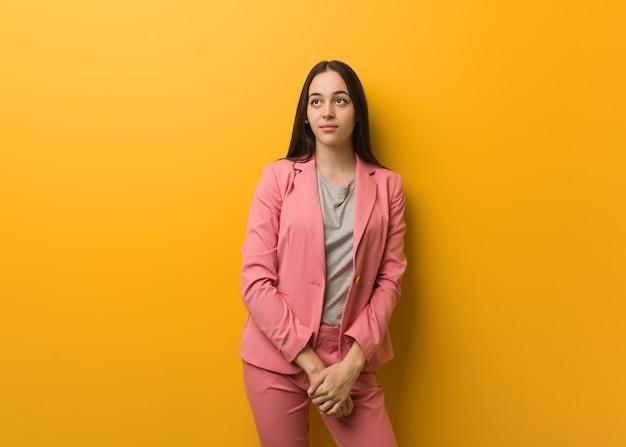 Giovane donna moderna di affari che sogna di raggiungere obiettivi e scopi