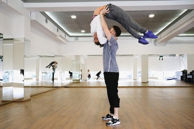 Giovani ballerini moderni che ballano nello studio