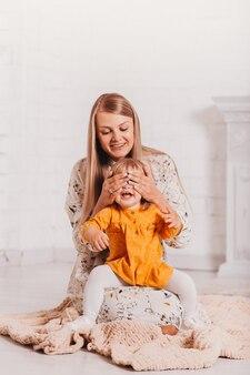 La giovane mamma e la sua piccola figlia si divertono insieme. verticale