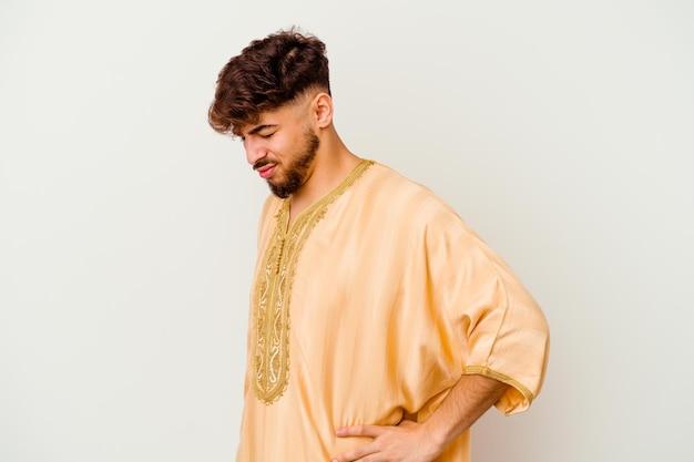 Giovane uomo marocchino isolato su bianco che soffre di un mal di schiena.