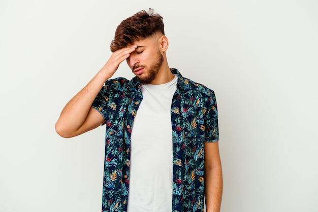 Giovane uomo marocchino isolato su bianco toccando le tempie e avendo mal di testa.