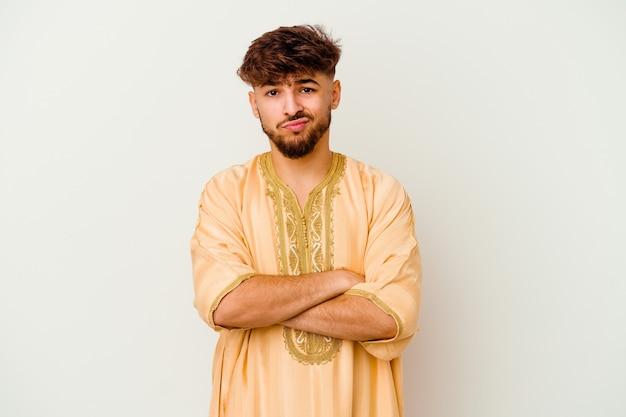 Giovane uomo marocchino infelice guardando a porte chiuse con espressione sarcastica.