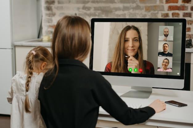 Giovane madre e sua figlia durante le lezioni online