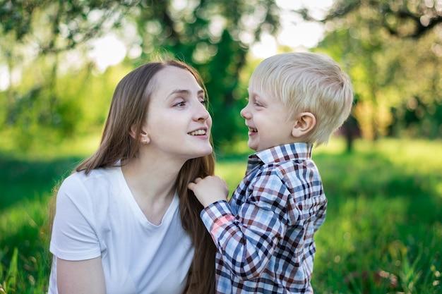 Giovane madre e figlio sulla natura. sorella maggiore e fratello.