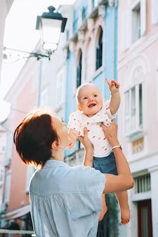 Giovane madre con bambino sulle storiche strade europee della città vecchia di pirano slovenia europe